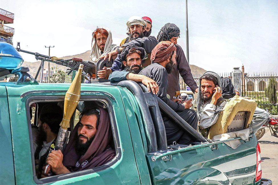 Μαχητές Ταλιμπάν φαίνονται στο πίσω μέρος ενός οχήματος στην Καμπούλ, Αφγανιστάν, στις 16 Αυγούστου