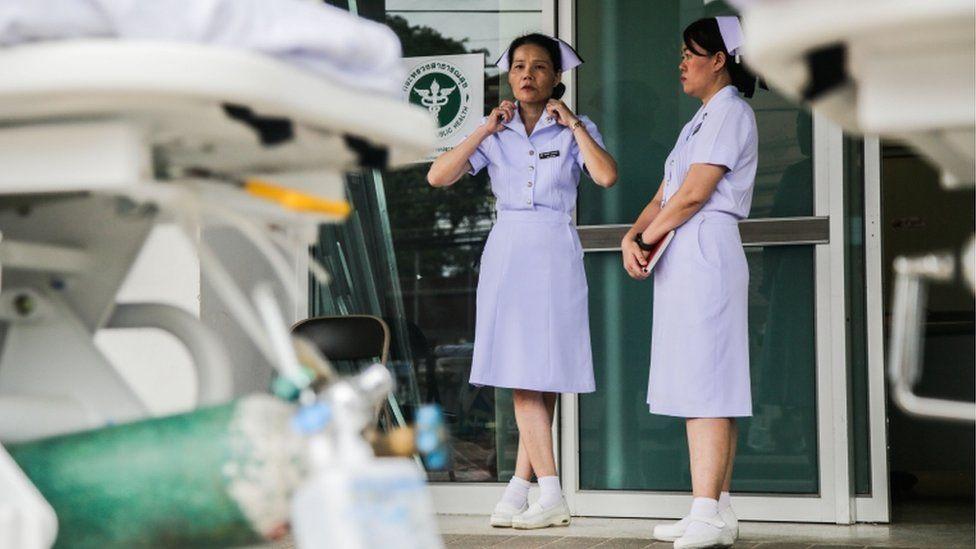 Enfermeras en las afueras del hospital Chiangrai Prachanukroh.