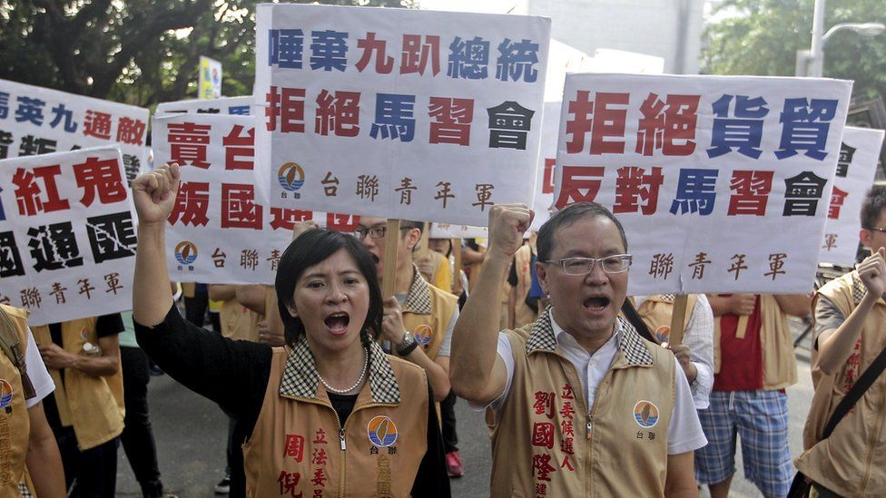 Activists protest against the Singapore meeting between Taiwan's President Ma Ying-jeou and China's President Xi Jinping, outside the Ministry of Economic Affairs in Taipei on 7 November