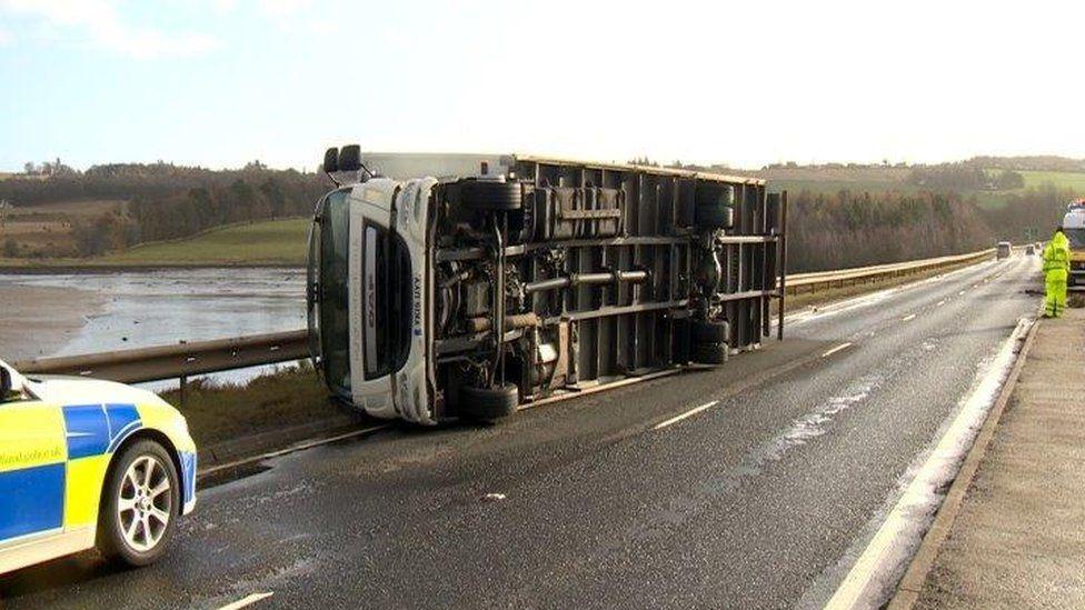 lorry blown over on Cromarty Bridge