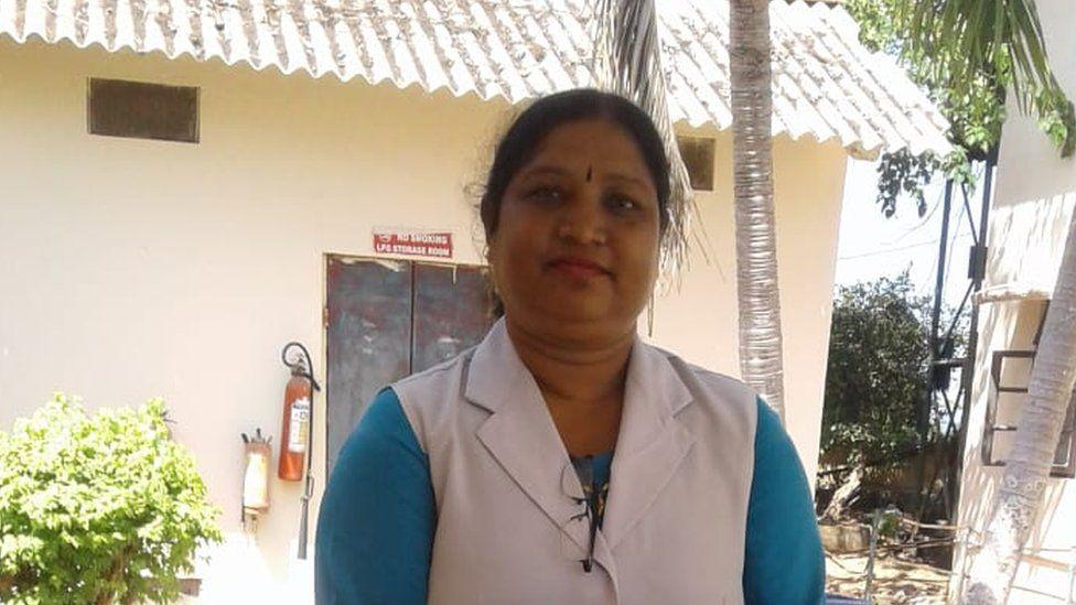 Shanti Teresa lakra de pie delante de un edificio