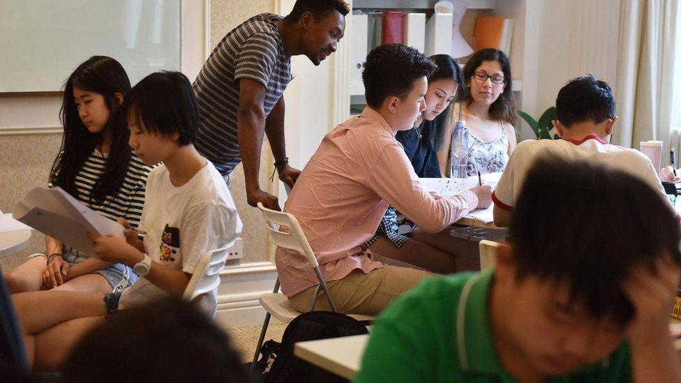 يؤكد الباحثون أن الاطلاع بشكل أخلاقي على حسابات التواصل الاجتماعي للطلبة قد يساعد في تحديد المهن الأصلح لهم
