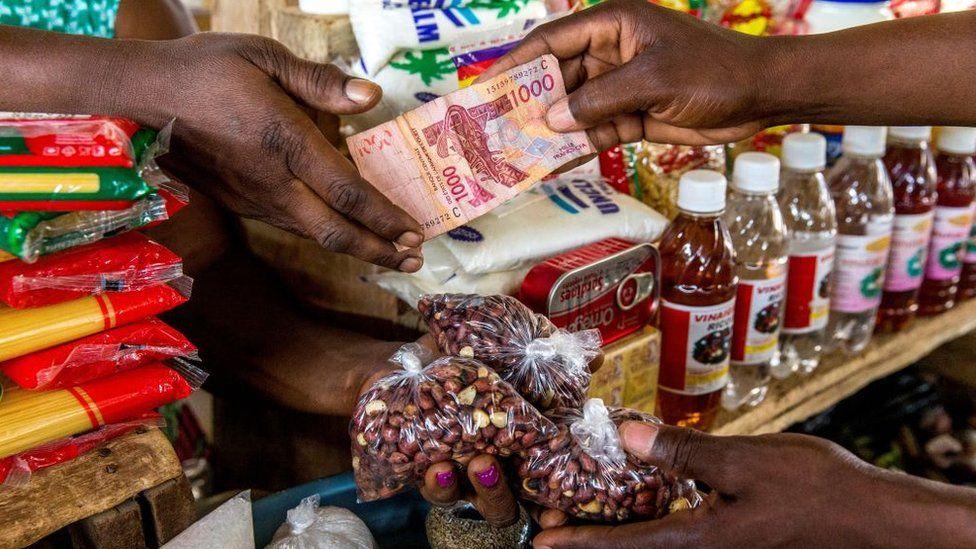"""Qué es el franco CFA, la moneda africana por la que acusan a Francia de seguir """"colonizando"""" África"""