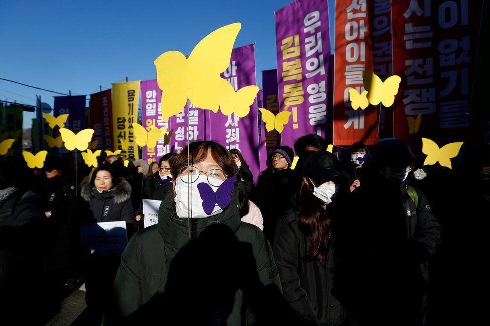 """حامیان یکی از """"زنان آسایشگر"""" (زنانی که توسط ارتش امراطوری ژاپن در طول جنگ جهانی دوم مجبور به تنفروشی میشدند) مقابل سفارت ژاپن در سئول، پایتخت کرهجنوبی"""