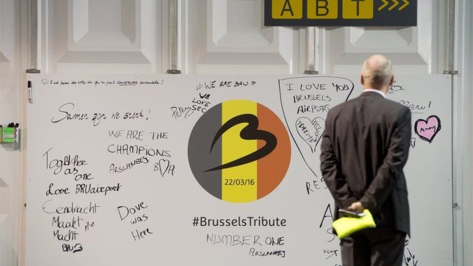 A man looks at a tribute board at Brussels Airport (03/04/2016)