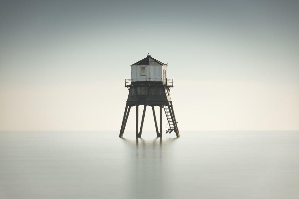 Зображення старого вікторіанського маяка біля узбережжя Доверкорт, Ессекс
