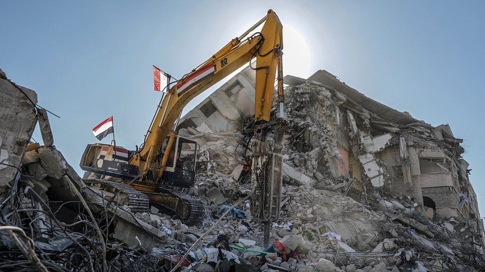 An Egyptian team works to remove the rubble of destroyed buildings in Gaza City (5 June 2021)