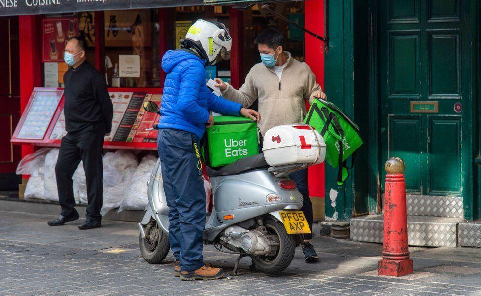 Un livreur Uber Eats à Londres