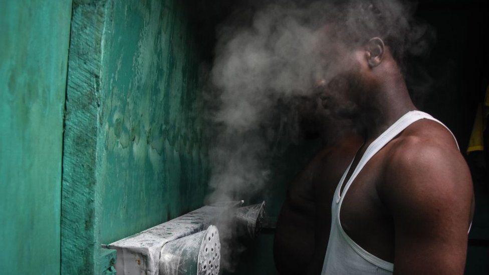 Homme inhalant de la vapeur en Tanzanie