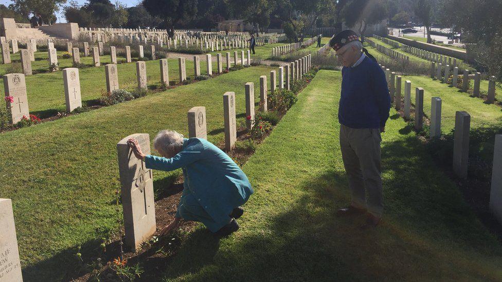 Robin & Pattie at grave
