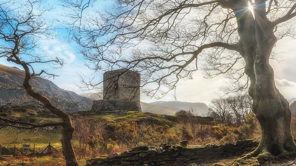 Castell Llywelyn Fawr yn Nolbadarn ger Llanberis, sy'n dyddio o'r 13G