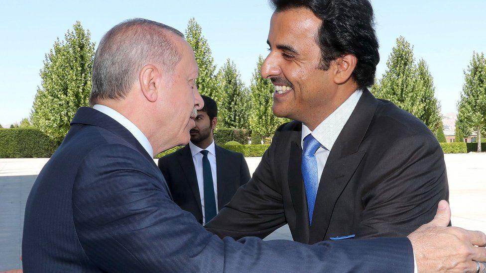 Recep Tayyip Erdogan embraces Sheikh Hamad Al Thani in Ankara (15 August 2018)