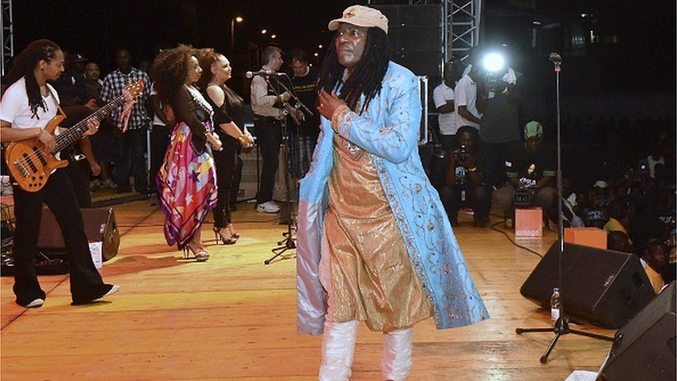 Ivorian singer Alpha Blondy performs on March 14, 2015 in the palais de la culture in Abidjan during a free concert to celebrate the launching of the artist's radio - Alpha Blondy FM.