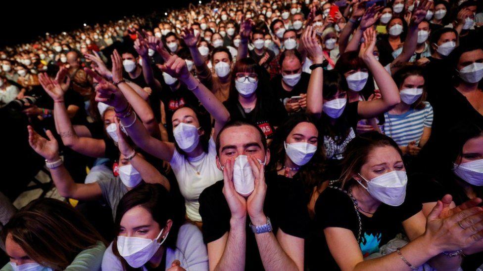 Fãs de música mascarados no show