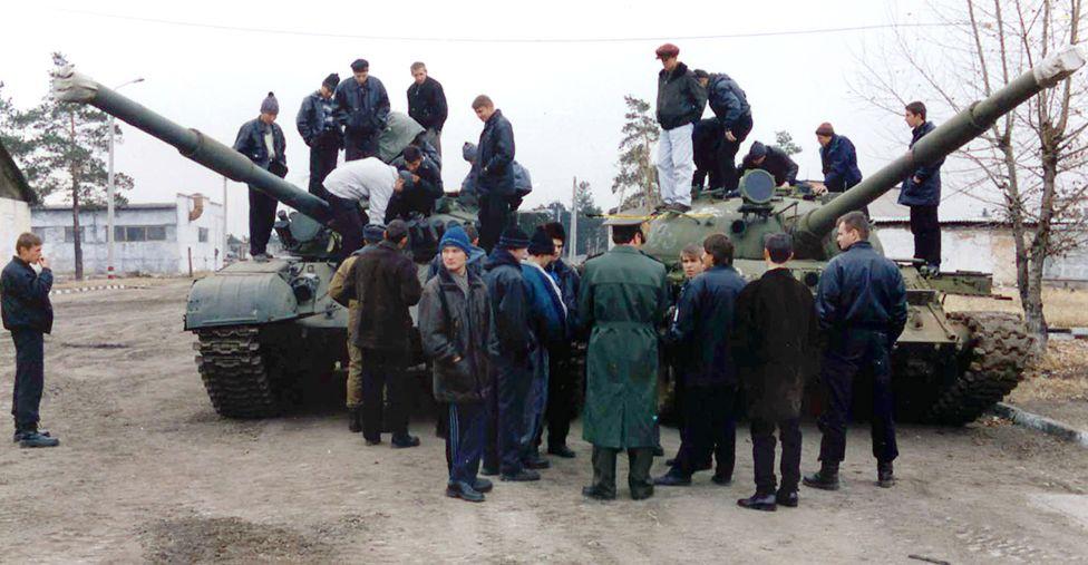 13 ноября 2001. Призывники Сибирского военного округа знакомятся с военной техникой