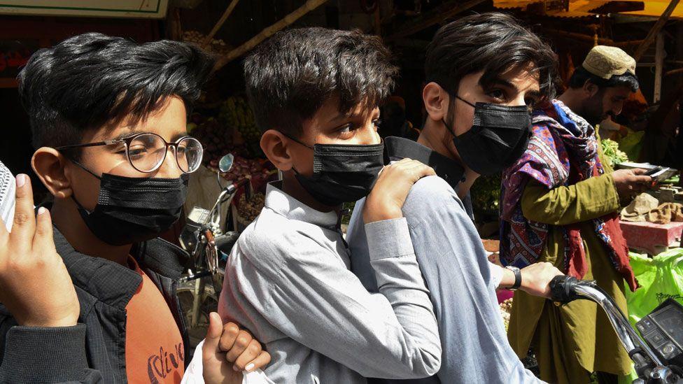 Niños en Pakistán usando mascarilla.