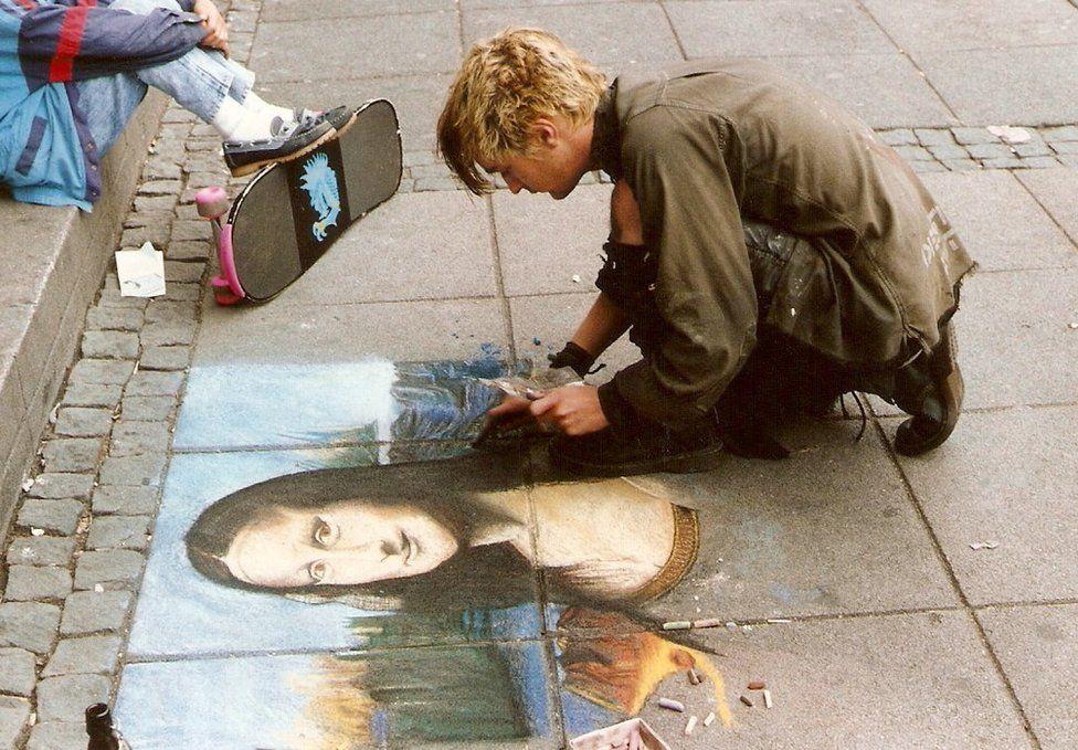 A street artist paints the Mona Lisa