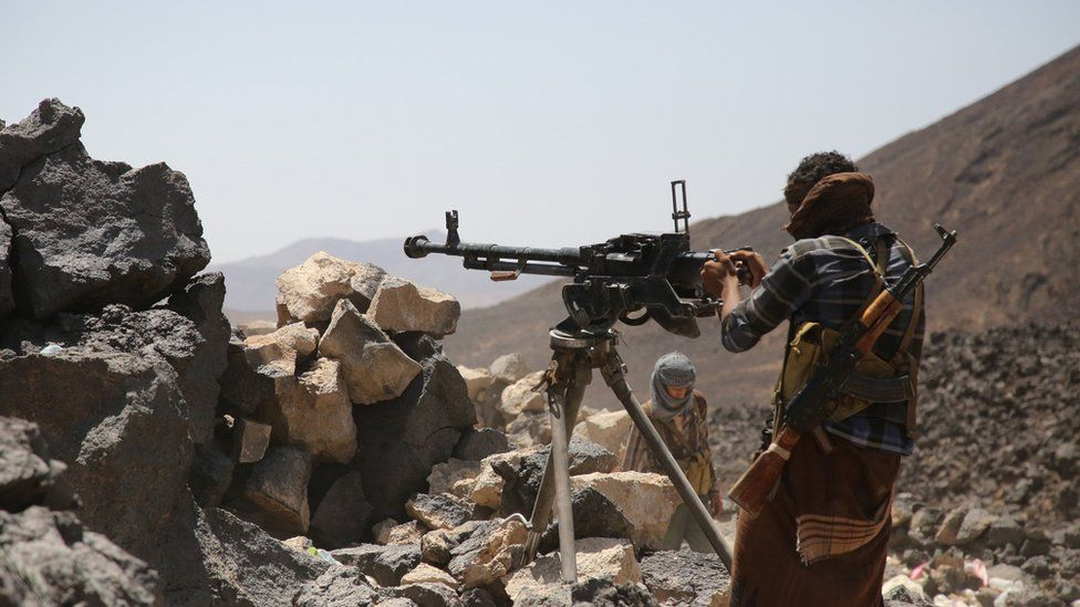 Armed Yemeni tribesmen from the Popular Resistance Committees watch for Houthi rebels in Marib province (15 September 2015)