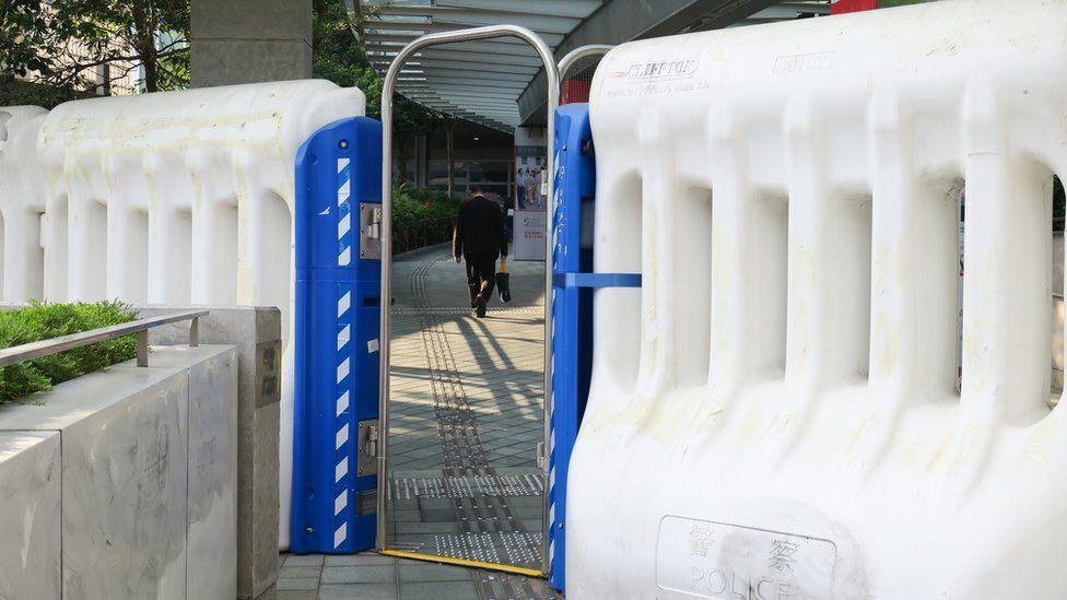 香港政府总部东翼连接中信桥处之水马阵闸口(3/1/2020)