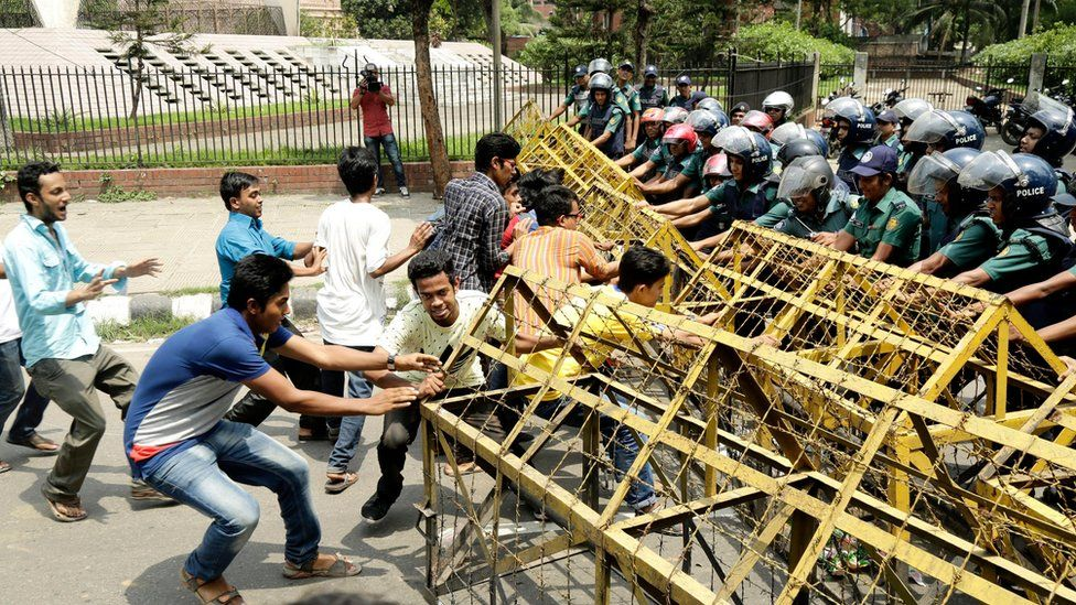 """Student activists from the Progressive Students"""" Alliance and the Anti-Imperialist Students"""" Union try to break a police-barricade to advance to the Ministry of Home Affairs in Dhaka, Bangladesh 07 April 2016."""