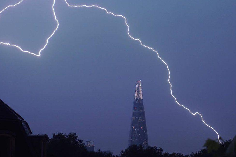 Расчертившая все небо молния выглядит огромной по сравнению с лондонским Шардом, высота которого 310 м