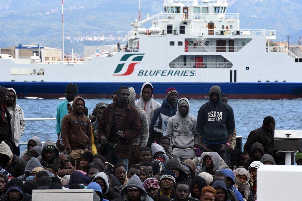 Migrants at dockside in Messina, 16 Mar 16