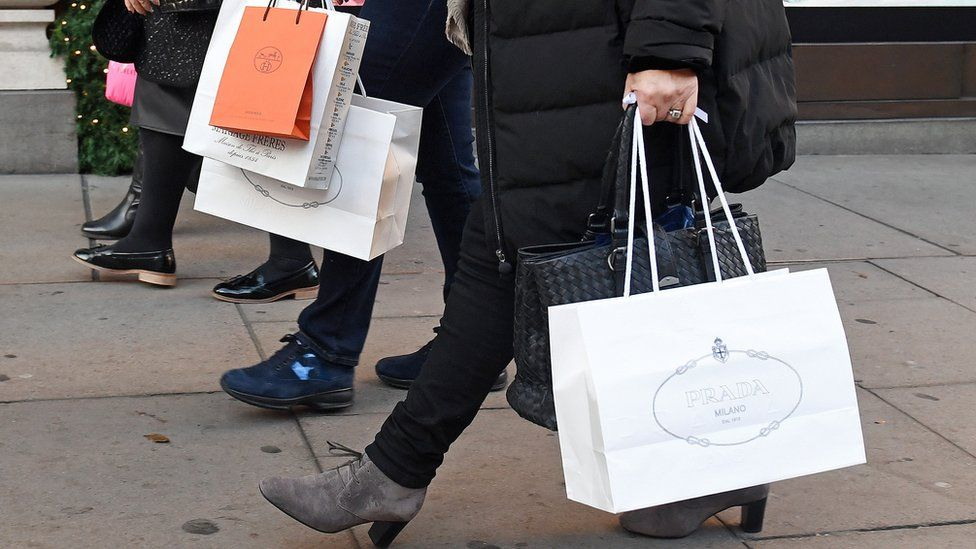Bad weather hits Christmas shopping on the High Street - BBC