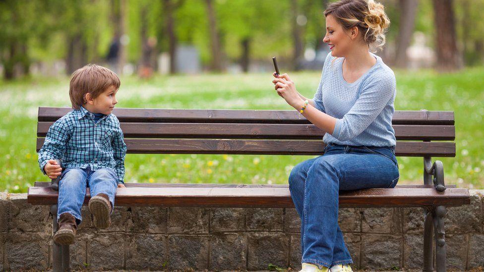 ¿Deberían los niños tener derecho a vetar lo que sus padres publican de ellos en Facebook?