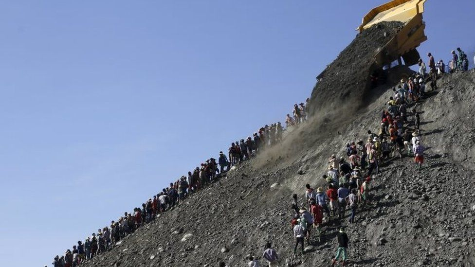 People search for jade stones at a mine dump at a Hpakant jade mine in Kachin state, Myanmar. Photo: 25 December 2015