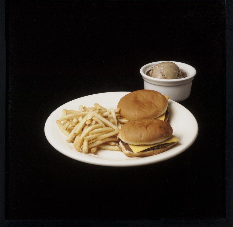 Dos hamburguesas, papas fritas y helado.