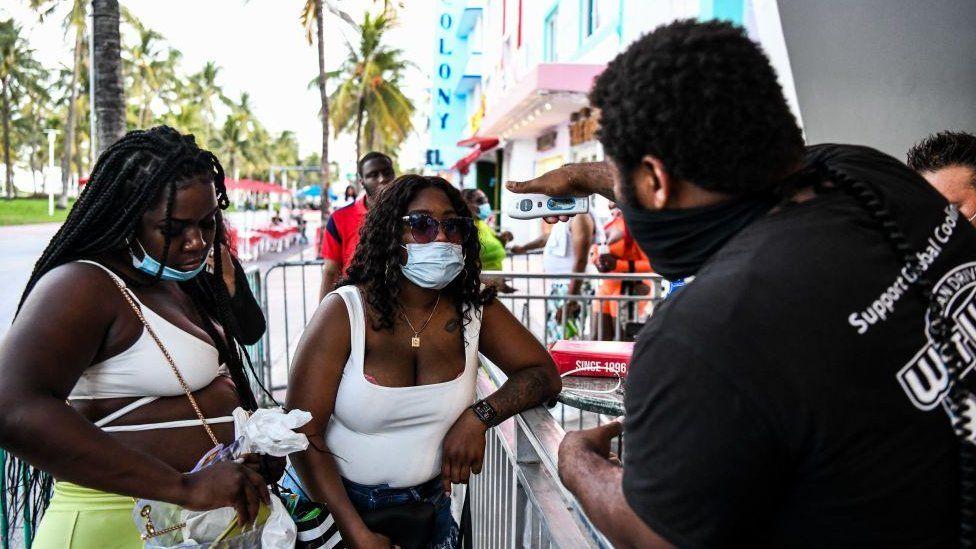 Miami Beach restaurant checks temperature of patrons