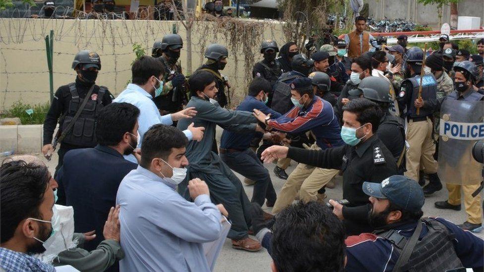 Coronavirus: Why Pakistan's doctors are so angry - BBC News