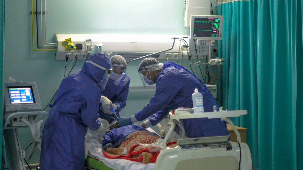 Egyptian doctors treat a coronavirus patient at a hospital in Cairo (25 April 2020)