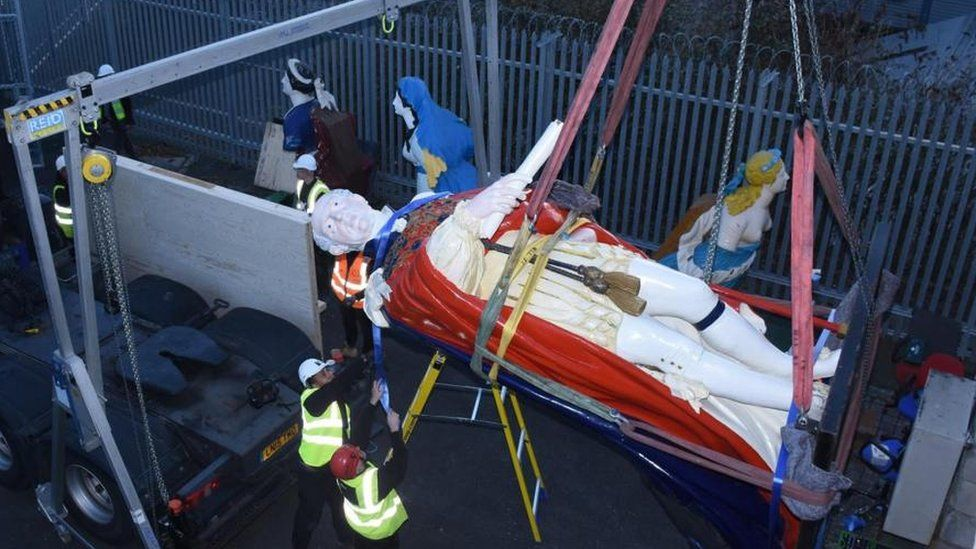 Figurehead of William IV is winched away