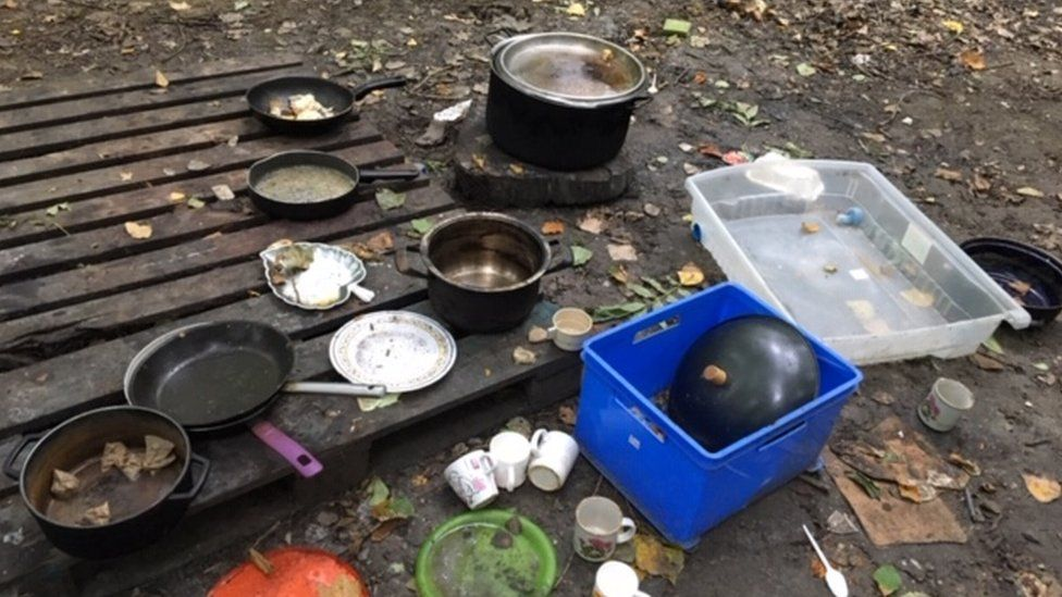 Pots and pans at the Grande Synthe camp