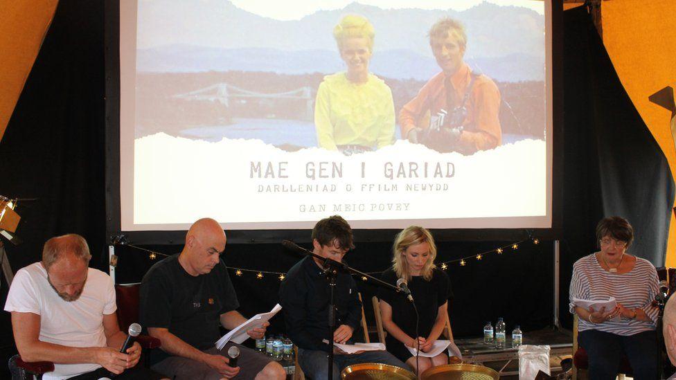 Gruffudd Glyn a Hannah Daniel (canol) gydag actorion eraill yn darllen sgript Mae Gen i Gariad yn Eisteddfod Genedlaethol 2016