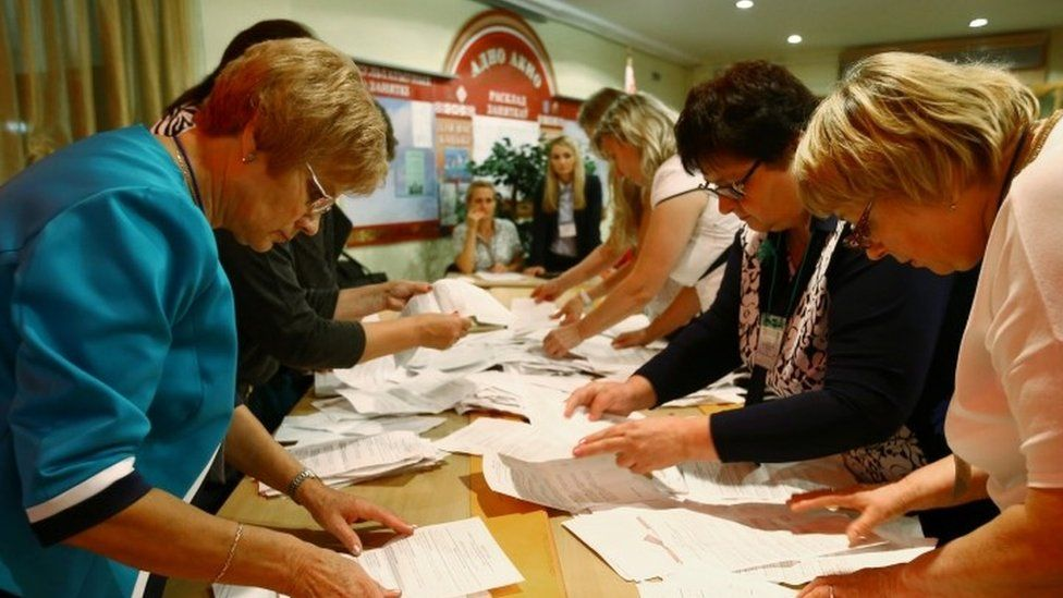 Members of the local electoral commission count ballots at a polling station after a parliamentary election in Minsk (11 September 2016)