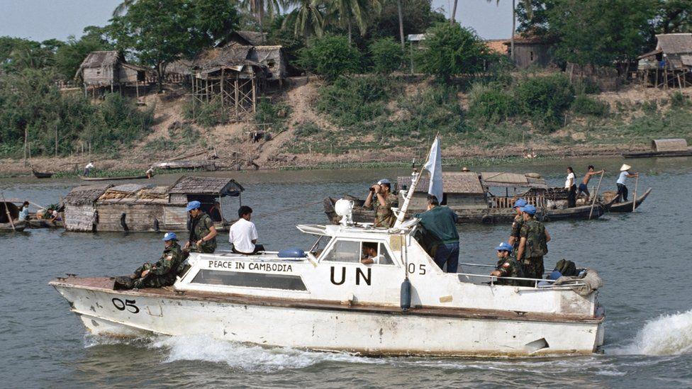 Tropas de Naciones Unidas patrullan los ríos que atraviesan la capital de Camboya.