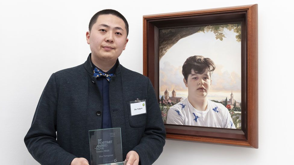 Zhu Tongyao with his portrait Simone