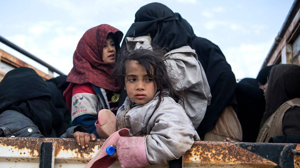 Civilians who have fled the last IS-held area in Syria, around the village of Baghuz (14 February 2019)