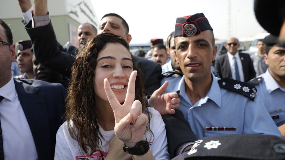 Hiba al-Labadi gestures at the King Hussein Bridge border crossing after being released by Israel (6 November 2019)