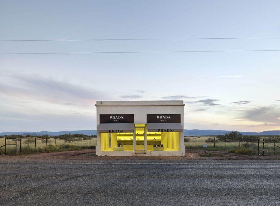 Una tienda de moda en la mitad del desierto.