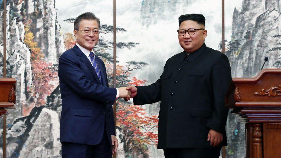 Moon Jae in (L) and Kim Jong-un ((R)