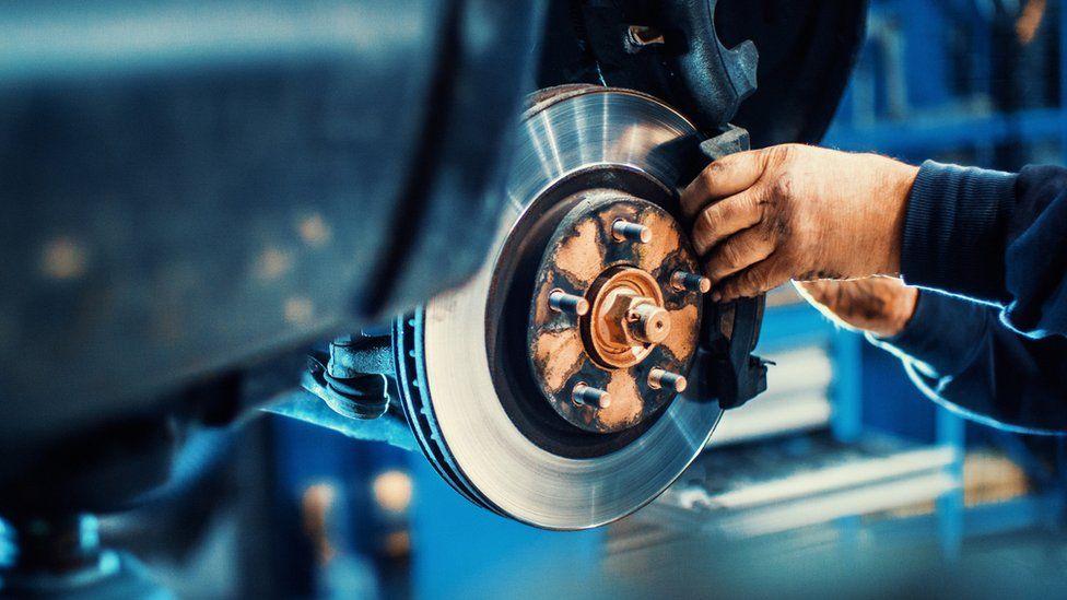 Mechanic fitting brake pad