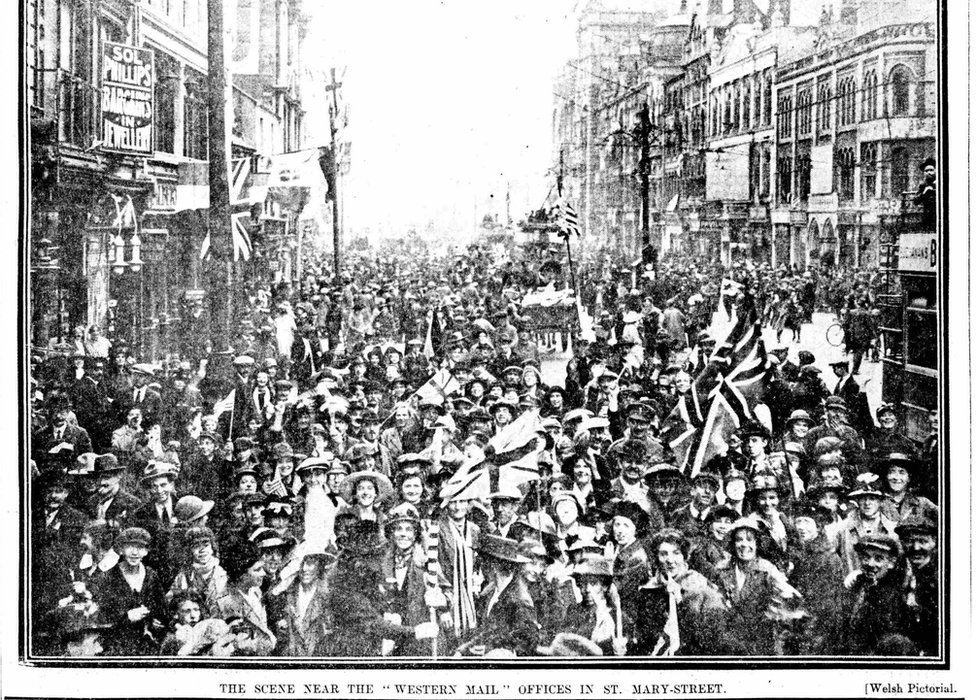 Crowds in St Mary St, Cardiff, on Armistice Day 1918