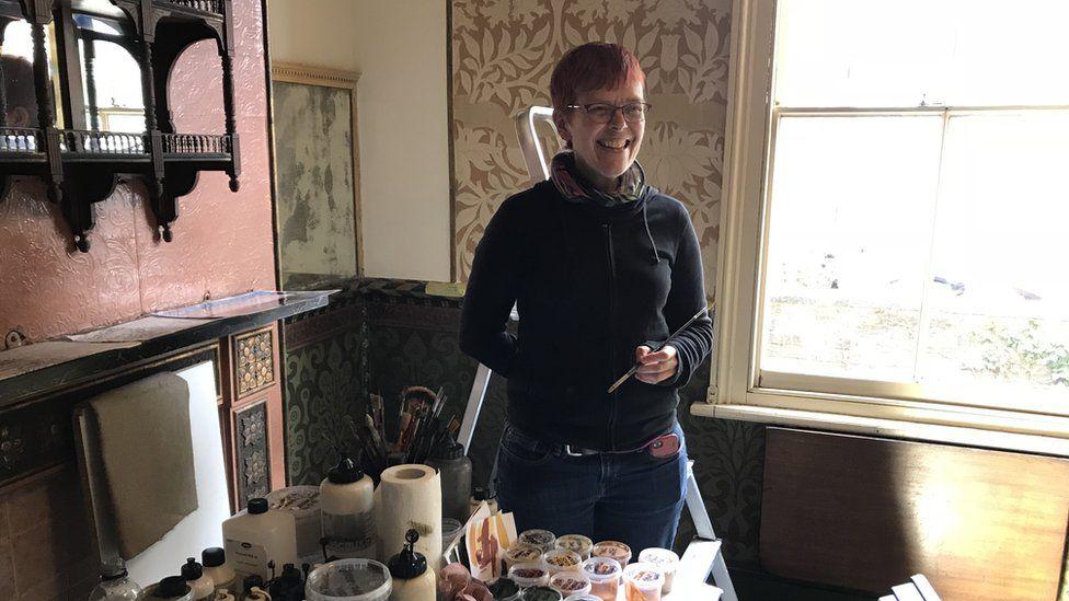 Saskia Huning paintig inside the David Parr House