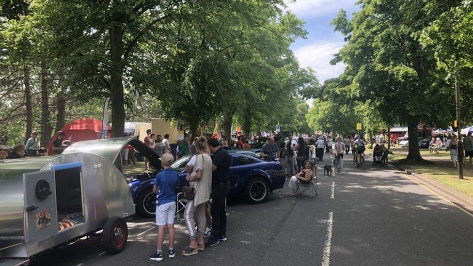 Cars on Bedford's Embankment
