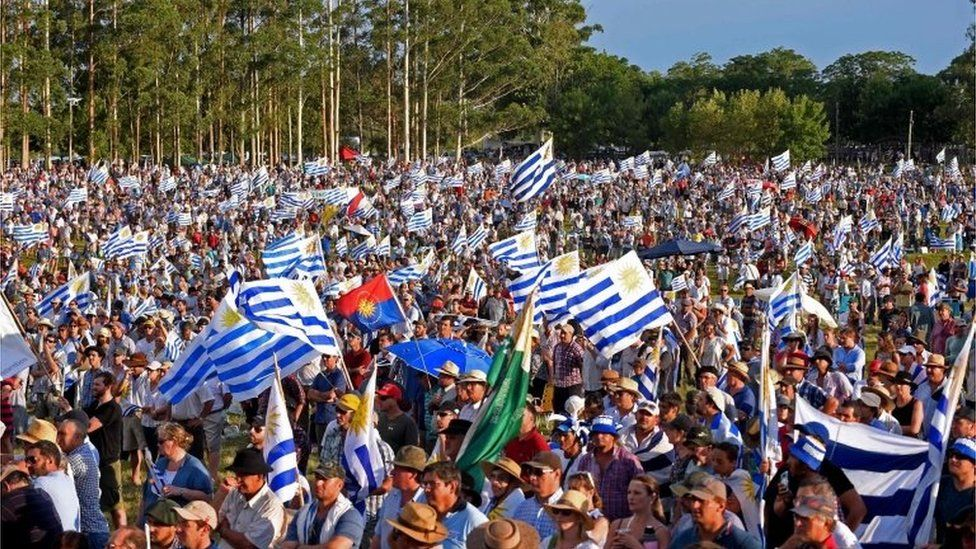 Farmers, traders and haulage contractors holding Uruguayan flags gathered to claim tax reliefs to President Tabare© Vazquez's government in Durazno, Uruguay, on January 23, 2018.
