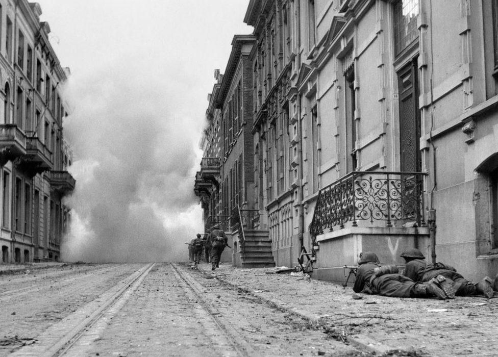 Brtitsh soldiers fighting in Arnhem
