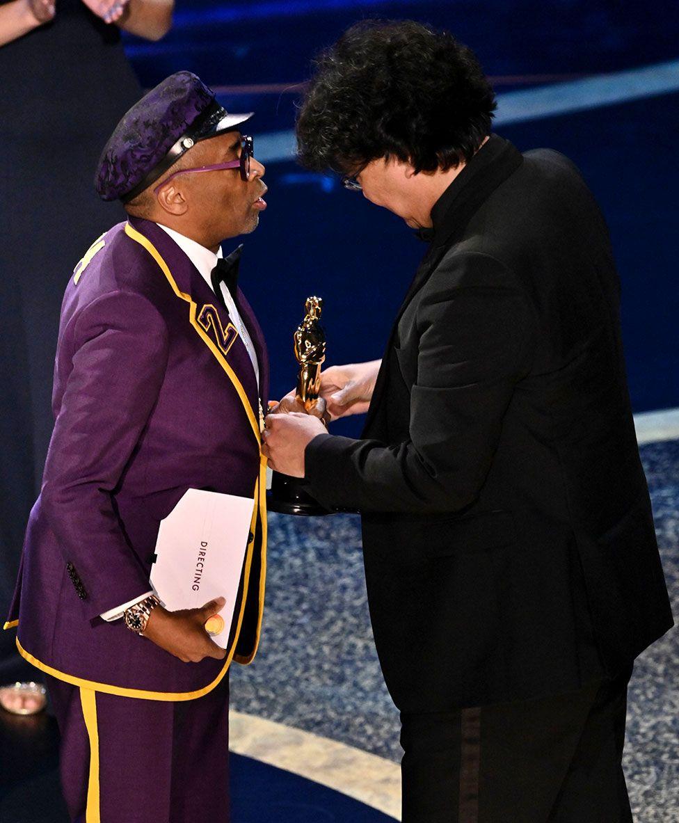 Spike Lee presents an Oscar to Bong Joon-ho